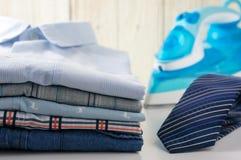 衬衣和领带与铁 免版税图库摄影