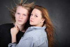 衬衣拥抱长的头发男孩的妇女在照片工作室 图库摄影