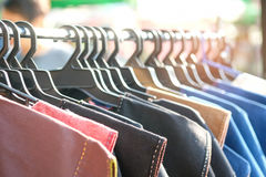 衬衣由棉花制成在挂衣架在市场 免版税库存照片