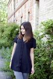 黑衬衣的俏丽的女孩 免版税图库摄影