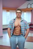 衬衣的成人肌肉人 免版税图库摄影