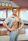 衬衣的成人肌肉人 库存照片