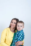 衬衣的男孩与妈妈坐轻的背景 免版税图库摄影