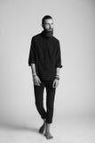黑衬衣的年轻英俊的人 免版税图库摄影