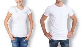 衬衣设计和人概念-接近年轻人和妇女空白的白色T恤杉的 免版税库存图片