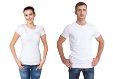 衬衣设计和人概念-接近年轻人和妇女被隔绝的空白的白色T恤杉的 库存照片