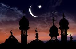 以衰落和云彩为背景的清真寺 免版税库存图片