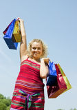袋子上色了女孩购物 免版税库存照片