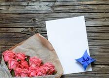袋子与白纸和礼物盒的玫瑰 免版税库存图片