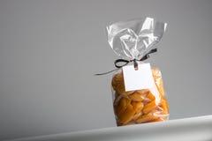 袋子与空白的标签和拷贝空间的糖煮的杏子 库存图片
