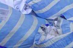 袋子从等待的餐馆的肮脏的洗衣店外面被拾起 免版税库存图片