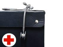 黑袋子和听诊器在白色backgound insolated 库存图片