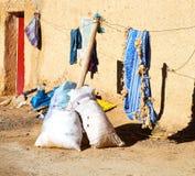 袋子在古色古香的城市顶房顶摩洛哥老墙壁和砖 免版税图库摄影