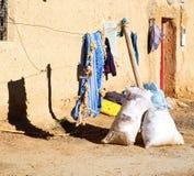 袋子在古色古香的城市顶房顶摩洛哥老墙壁和砖 免版税库存图片