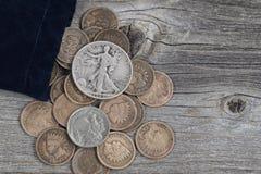袋子在木头的美国罕见的硬币 库存照片