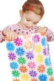 袋子好奇女孩一点查找的购物 库存照片