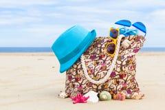 袋子帽子太阳镜海滩 免版税库存图片