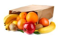 袋子成熟新鲜水果的纸张 免版税库存照片