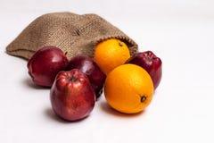 袋子成熟苹果和桔子 免版税库存图片