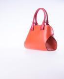 袋子或棕色皮革妇女提包在背景 免版税库存图片