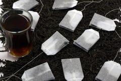 袋子末端玻璃茶 隔绝在白色背景,与裁减路线 免版税库存图片