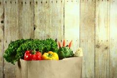 袋子杂货在一个木板条的产物项目 免版税库存图片