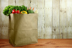 袋子杂货在一个木板条的产物项目 免版税库存照片