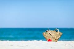 袋子海滩异乎寻常的沙子秸杆白色 库存图片