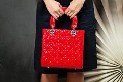 袋子现有量 有红色提包的妇女 背景 库存照片