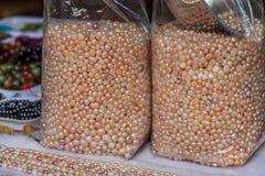 袋子珍珠在市场上 库存照片