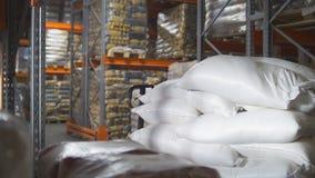 袋子用在一个大工业仓库里面的糖 免版税库存图片