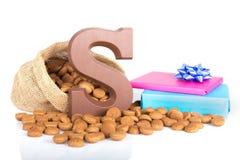 黄麻袋子用巧克力、姜坚果和礼物;在Sinterklaas事件的荷兰传统 免版税库存图片