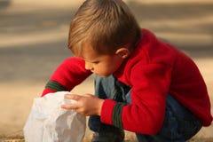 袋子白肤金发的男孩逗人喜爱的伸手&# 图库摄影