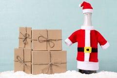 袋子看板卡圣诞节霜klaus ・圣诞老人天空 一个瓶香槟和礼物 免版税库存图片