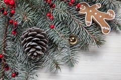 袋子看板卡圣诞节霜klaus ・圣诞老人天空 与雪杉树和装饰的白色木背景 顶视图 库存照片