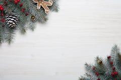 袋子看板卡圣诞节霜klaus ・圣诞老人天空 与雪杉树和装饰的白色木背景 与拷贝空间的顶视图您的文本的 免版税库存图片