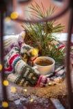 袋子看板卡圣诞节霜klaus ・圣诞老人天空 云杉分支与杉木锥体、围巾和一杯咖啡的在雪的 库存图片