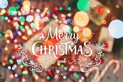 袋子看板卡圣诞节霜klaus ・圣诞老人天空 圣诞节曲奇饼巧克力,礼物,蜜桔,在迷离光背景的糖果 Xmas和新年快乐compositio 库存照片