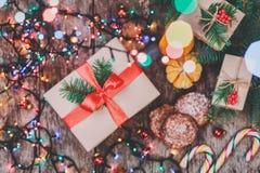 袋子看板卡圣诞节霜klaus ・圣诞老人天空 圣诞节曲奇饼巧克力,礼物,蜜桔,在迷离光背景的糖果 免版税库存图片