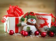 袋子看板卡圣诞节霜klaus ・圣诞老人天空 圣诞节杯子和逗人喜爱的礼物 库存照片