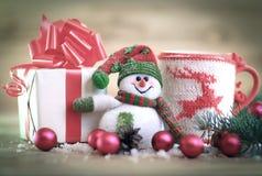 袋子看板卡圣诞节霜klaus ・圣诞老人天空 圣诞节杯子和逗人喜爱的礼物 免版税库存照片