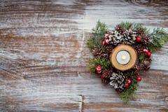 袋子看板卡圣诞节霜klaus ・圣诞老人天空 圣诞节蜡烛和土气装饰在葡萄酒木头背景 复制空间,舱内甲板位置,顶视图 葡萄酒颜色s 库存照片
