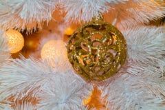袋子看板卡圣诞节霜klaus ・圣诞老人天空 在一棵白色圣诞节树的一个金黄球与诗歌选 库存照片