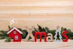 袋子看板卡圣诞节霜klaus ・圣诞老人天空 新年的镇,房子,木信件圣诞节,圣诞节问候 木圣诞节的房子 免版税库存图片