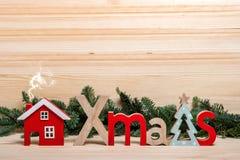 袋子看板卡圣诞节霜klaus ・圣诞老人天空 新年的镇,房子,木信件圣诞节,圣诞节问候 木圣诞节的房子 免版税图库摄影