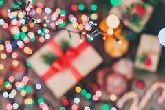 袋子看板卡圣诞节霜klaus ・圣诞老人天空 曲奇饼巧克力,礼物,蜜桔,在b的糖果 库存照片