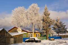 袋子看板卡圣诞节霜klaus ・圣诞老人天空 村庄街道 库存照片