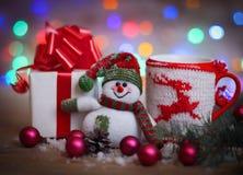 袋子看板卡圣诞节霜klaus ・圣诞老人天空 玩具雪人和逗人喜爱的礼物 库存照片