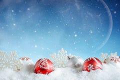 袋子看板卡圣诞节霜klaus ・圣诞老人天空 红色和白色泡影和雪花在冬天 免版税库存图片