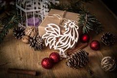 袋子看板卡圣诞节霜klaus ・圣诞老人天空 纸公鸡和一个箱子有礼物的在圣诞节背景 免版税库存照片